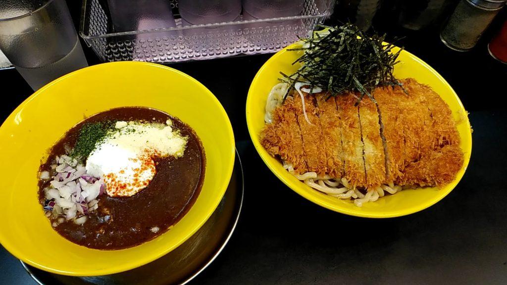 写真:カレーつけ麺のつけだれと麺
